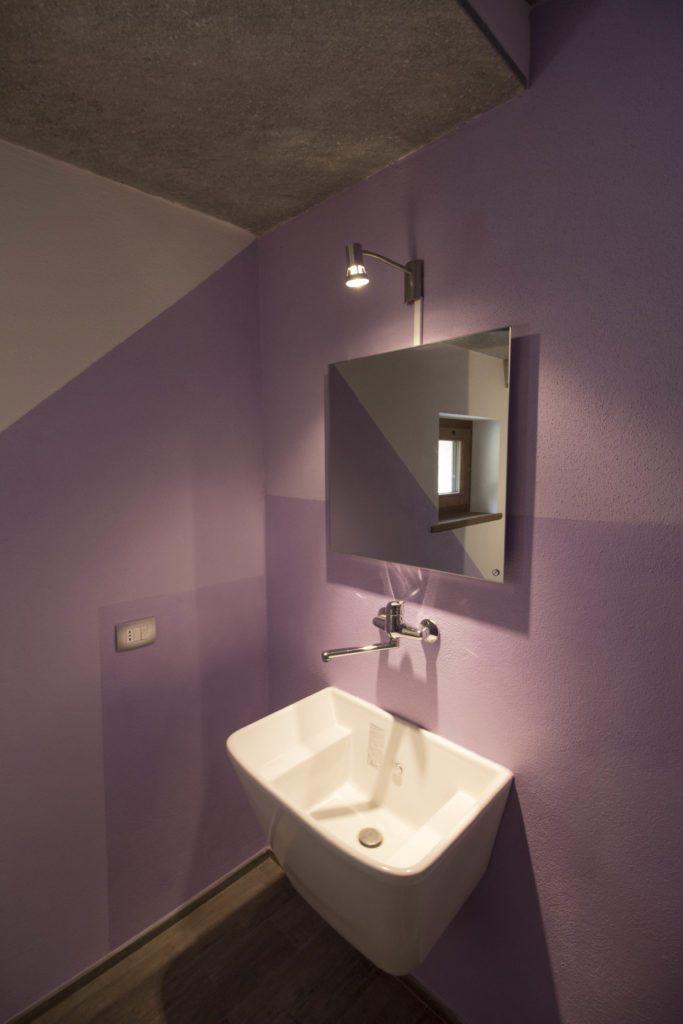 Il bagno al piano terra è riscaldato da uno speciale specchio elettrico riscaldante a infrarossi.